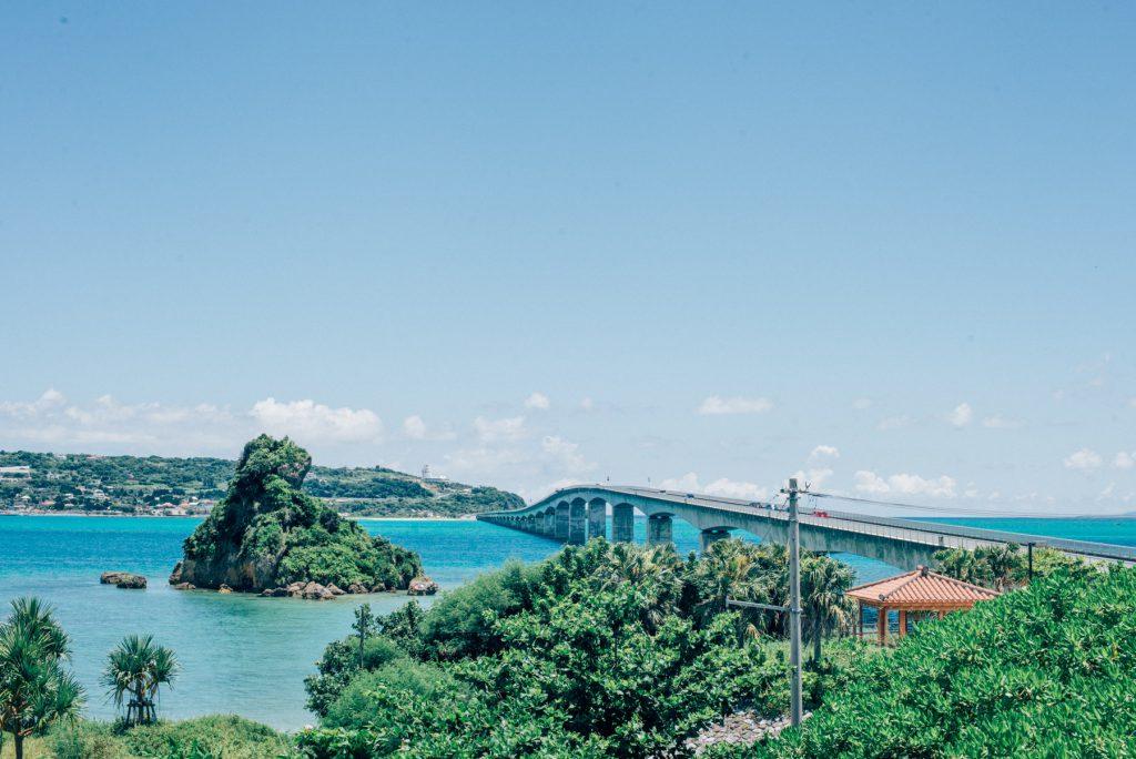 沖縄旅行3日目。古字利大橋の美しさと沖縄そばの美味しさに心奪われ、乗馬を楽しんだ一日。